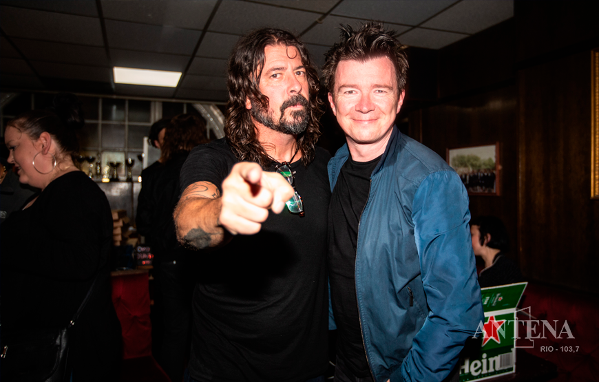 DAVE GROHL E RICK ASTLEY CANTAM NEVER GONNA GIVE YOU UP