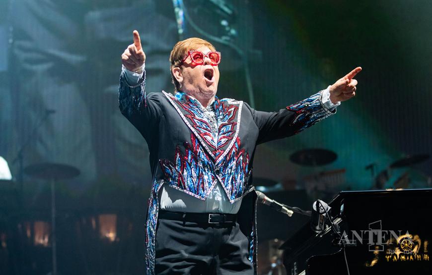 Elton John divulga álbum produzido durante a pandemia, que conta com diversas colaborações.
