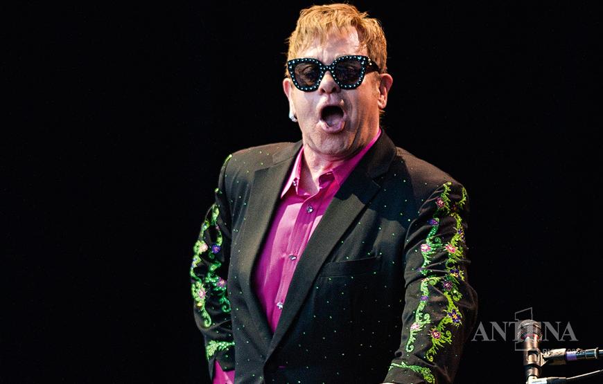 Elton John cancela próximos shows em 2021 por questões de saúde.